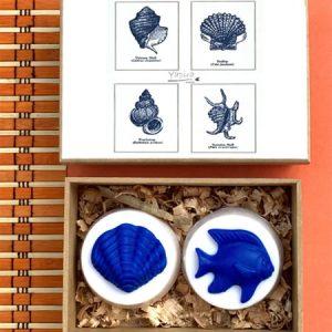 Kit 2 Conchas Caixa de MDF, com dois sabonetes vegetais decorados com conchas e estrelas do mar.