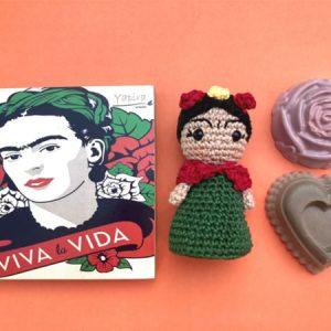 Kit Frida Kahlo boneca Caixa MDF, com dois sabonetes vegetais em forma de rosas e uma boneca Frida amigurumi crochet.