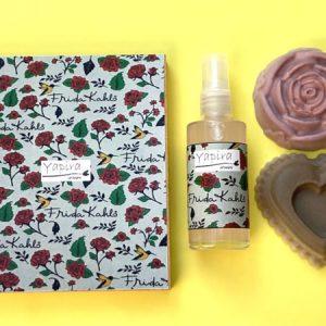 Kit Frida Kahlo Spray Caixa em MDF, com dois sabonetes em forma de rosas e um aromatizador spray